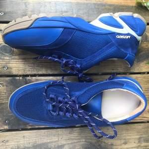 ALDRIG förut använda sneakers från märket Axel Arigato! Storleken är liten så de passar mig som har 40 perfekt. Säljes eftersom de ej kommer till användning.