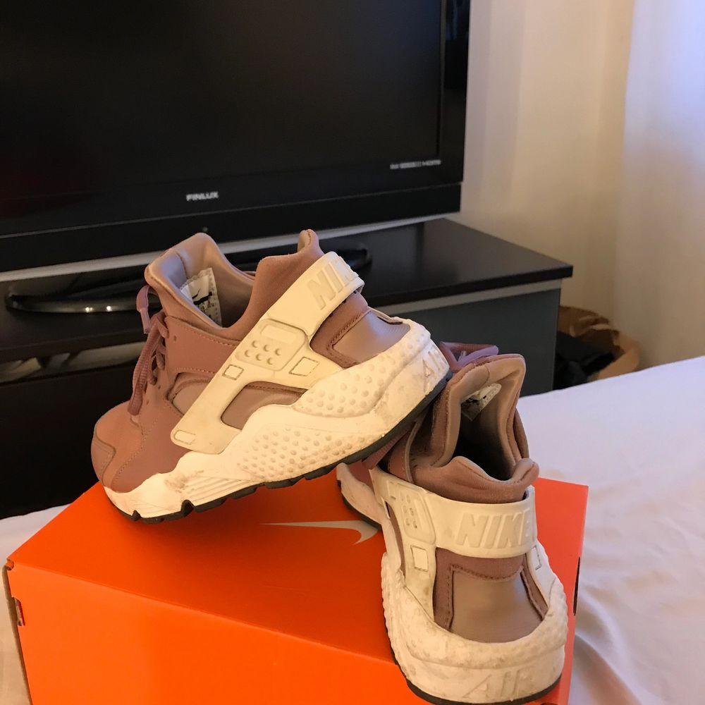 Ett par nästan nya Nike skor i modellen huarache. Köpta detta år i april använda 2 gånger. Storlek 39 men skulle mer säga 37/38. En gammal lila färg med vita detaljer super snygga. Köpta för 989kr. Buda i kommentarerna!. Skor.