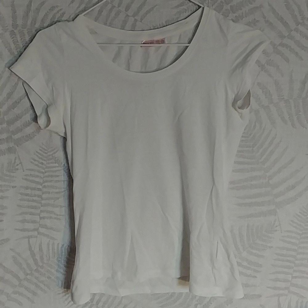 Basic vit tröja använd 2 gånger. Tajtare än vanlig tröja.. T-shirts.