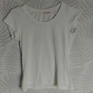 Basic vit tröja använd 2 gånger. Tajtare än vanlig tröja.