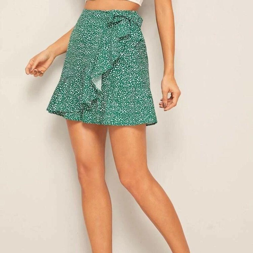 Säljer den här jätte fina gröna wrap-kjolen. Buda!. Kjolar.