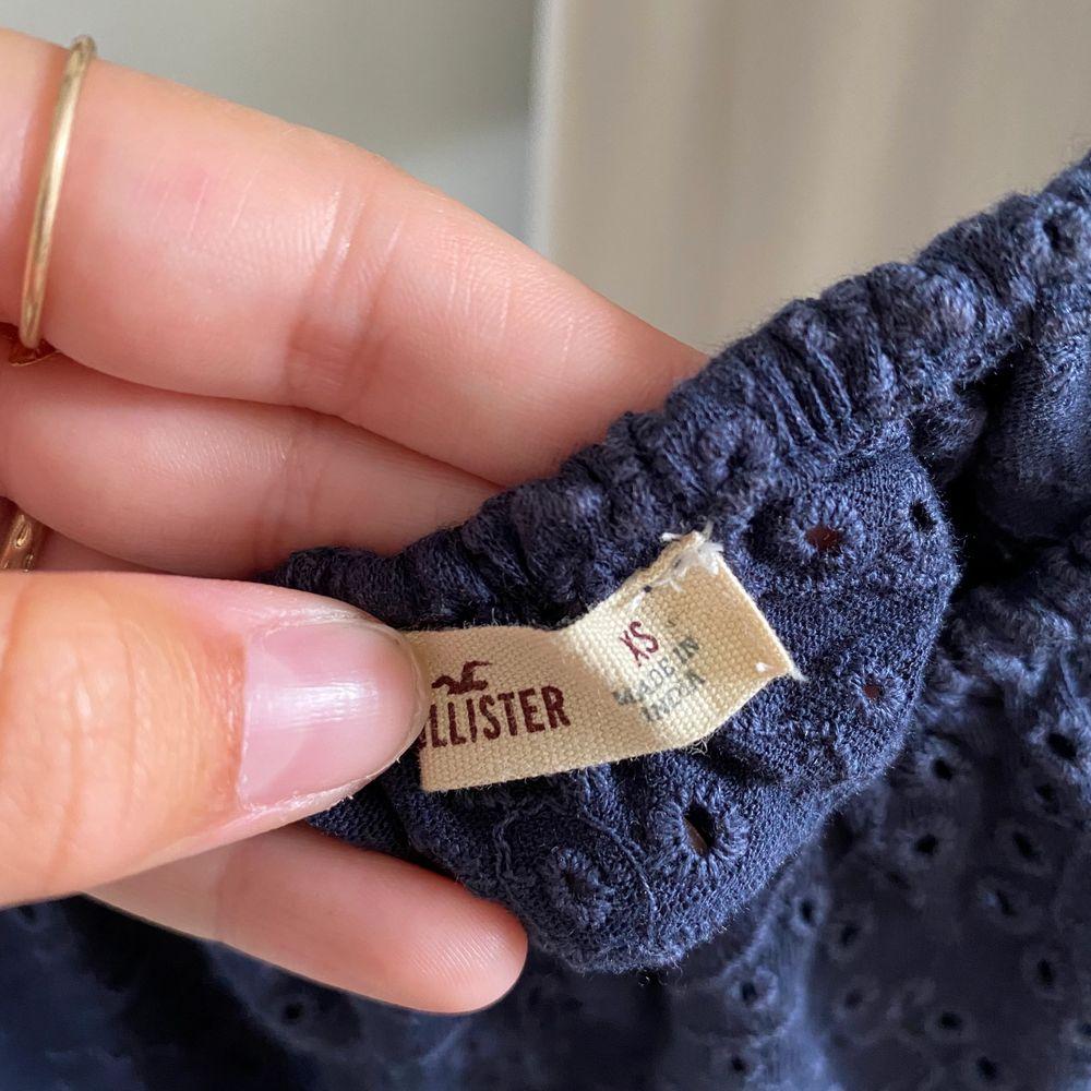 Somrig off shoulder tröja från hollister. I storlek XS men är väldigt stretchig så passar bra på mig som är en S. Startpris: 85kr, går bra att buda 💙💙 frakt tillkommer . Toppar.