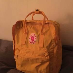 Kånken-ryggsäck i färgen Warm Yellow. Använd i endast en månad så fortfarande superbra skick. Fraktar och möts upp i Göteborg