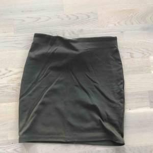 Tight kjol från Cubus. Mörkgrön! Frakt:15kr