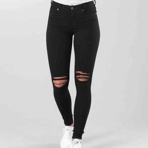 Vanliga dr denim jeans, testat en gång och säljer dom pga att jag trodde jag köpte dom utan hål och han ta bort prislappen. Storlek S och 30 på längden