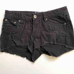 Svarta slitna jeansshorts i storlek 34. Inga fläckar eller liknande. Köparen betalar frakten