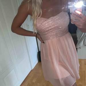 Jättefin rosa klänning från TFNC LONDON, står tyvärr ingen storlek i den men skulle säga S!  Köparen står för frakten! Endast Swish! 300:- eller bud