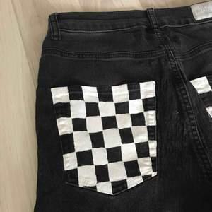 Ett par supersnygga handmålade jeans inköpta från en annan här på plick. Tyvärr satt de ej som tänkt. Det är strl 26/27 i midjan. Det är ett litet vitt hjärta i det högra hörnet av baksidan också. Möts i slussen eller så tillkommer frakt.