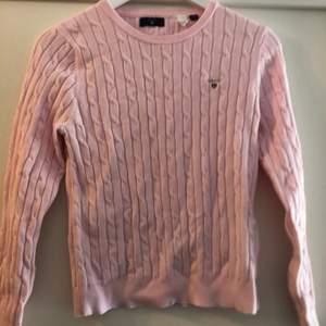 En superfin knappt använd rosa kabelstickad gant-tröja. Storlek 170 (XS). Bra pris vid snabb affär!
