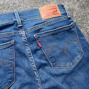 Super fina Lågmidjade Levis jeans i storlek 25, aldrig använda! Pris och frågor kan diskuteras i chatten💖🌸 (Frakt tillkommer)