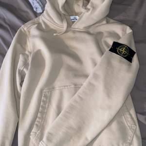 Ska nu sälja min stone island tröja inga flaws på den ny pris 2449kr köpt på nk i Stockholm kvitto finns på den högsta bud får den