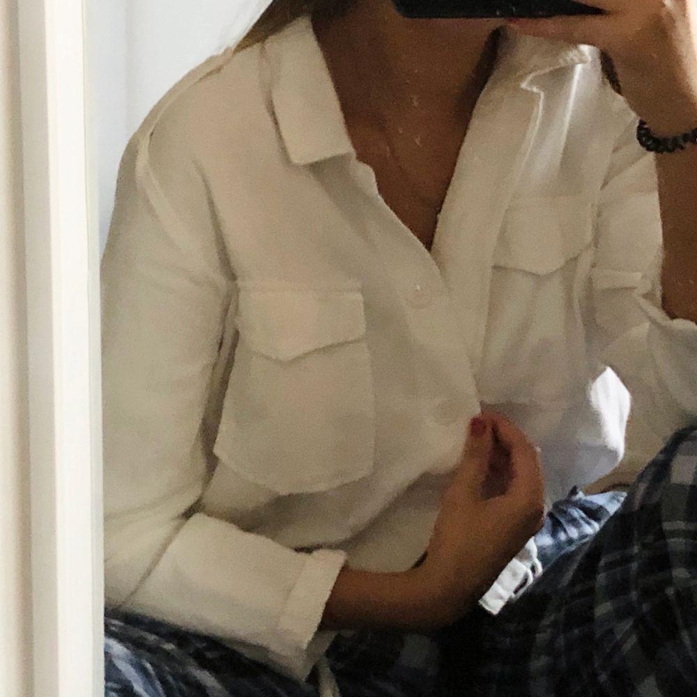 En vit croppad jacka med fickor. Perfekt nu till hösten🍂! Frakten blir 60kr🥰 den är mer som en S. Jackor.