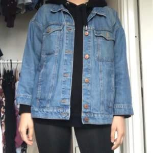 Supersnygg oversized jeansjacka från Monki i storlek XS. Den är i fint skick och är perfekt för hösten!!