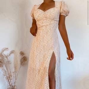 Denna klänningen går lite över fotlederna, har en slits, perfekt i bysten för S/M, passform perfekt! Säljer för att jag har gått upp vikt! Frakt 50kr!