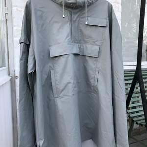 Skitsnygg rainjacket från Rains. Super snygg techwear stil.