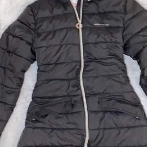 Detta är en varm jacka som håller värmen bra. Jackan är i väldigt bra skick.