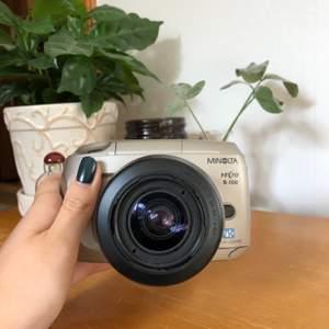 """Analog kamera! """"Minolta vetis S-100"""" jag köpte den i en diverselåda på auktion med andra kameror! Vet ej om den fungerar (därav priset) men de andra 3 kamerorna i diverselådan fungerade. Hör av dig vid frågor eller intresse🥰"""