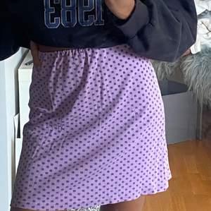 Fin kjol med stretchiga band (sydd av mig). Mönster=fyrklöver. Finns liten grön fläck som knappt syns (går säkert att få bort). Buda i kommentarerna eller dm priset börjar på 170 +frakt