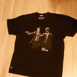 En svart tshirt i storlek L, perfekt som en baggy tshirt eller mys tshirt med pulp ficiton på