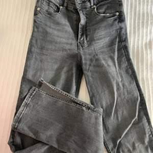 Ett par snygga byxor med en slits, de är nästan aldrig använda då de inte riktigt är min stil längre