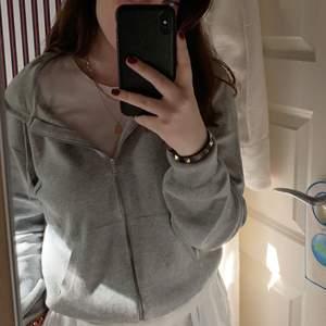 Finstickad grå hoodie från HM, jättemjuk och skön!!. Strl M. Pris kan diskuteras. Köparen betalar frakt på 63kr.