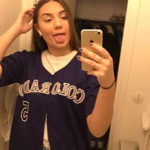 Lila Baseball Colorado tröja köpt på beyond retro för 349kr, 180+ frakt