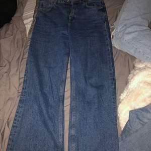 Jättefina Raka jeans från zara! Köpta i polen för något år sen o är välanvända men i mycket bra skick! Lite kortare i modellen så passar någon runt 160. Frakt tillkommer på 63kr🤗 skriv vid fler frågor, funderingar eller för fler bilder💖