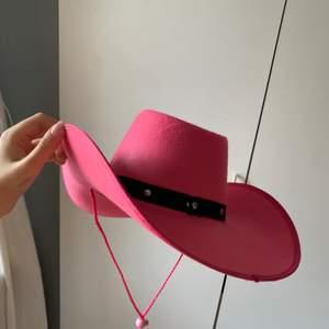 en uuuur fin cowboyhatt 💕😍 kan användas på födelsedagen, fester, olika teman eller bara som en cool accessoar 😌💕✨ helt ny! frakt 44 kr