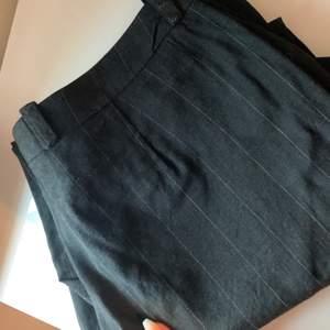 Mörkgrå randiga kostymbyxor, lite kortare i modellen på mig som är 170 :) köparen står för frakten❤️