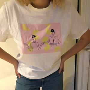 T-shirt med coolt tryck från Nakd och i bra skick! Priset är exklusive frakt :)