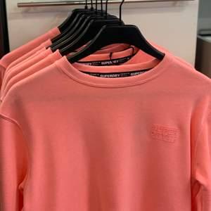 Lite tjockare tröja från märket superdry, aldrig använd, i nyskick. Färgen coral, finns i storlekarna XXS, XS, S och M. Kan skickas mot fraktkostnad