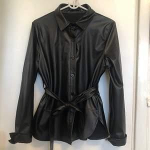 Super fin & trendig skinnskjorta!🤍 Kan användas både som skjorta/blus men även jacka (se bild nr.2) Använd enbart 3 gånger, frakt tillkommer på 59:- 📦