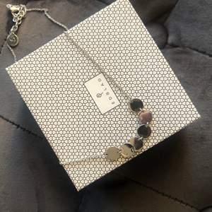 Säljer detta halsband från Edblad då det inte är i min stil. I nyskick. Originalasken ingår. 99 kr + frakt