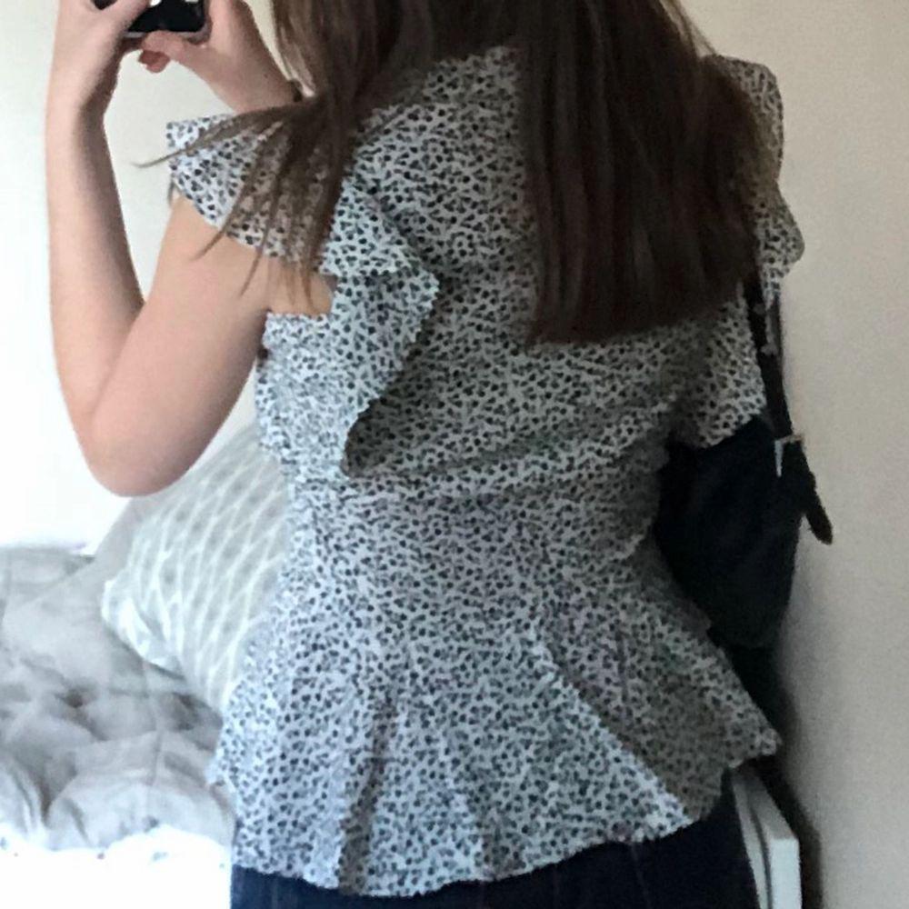 Jättefin blus från New look, säljer pga den är lite för liten. Kan frakta mot att köparen betalar frakten, en extraknappar ingår😊. Blusar.