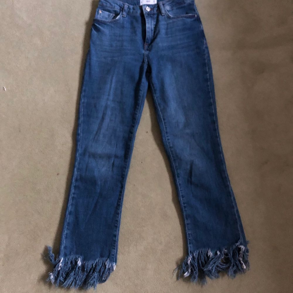 Mörkblåa mango jeans med fransar ner till. Superfina i sommar med ett par sneakers. Första bilden visar mer vilken färg jeansen har. . Jeans & Byxor.