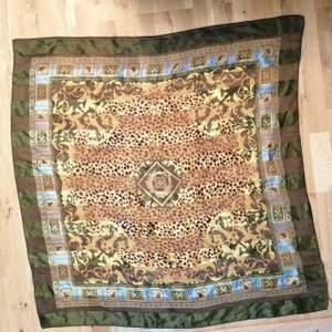 Satin sjal som kan användas på många olika sätt. 95 * 95cm.  Bild nr.1 är tips på hur man skulle kunna ha den som topp🥰❤️