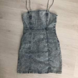 En jättefin jeansklänning från H&M i storlek 38. Ganska kort modell. Aldrig använd då den är för stor för mig (köparen står för frakten)