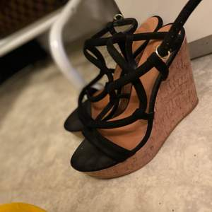 Sommar klack skor från Hm. Använd ett par gånger. Väldigt bekväma och enkla att gå i.