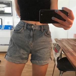 Säljer dessa super fina WEEKDAY shorts i modellen Lo. Storlek 34 och är bra skick. Skriv vid frågor!