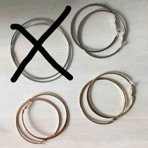 Sjukt snygga hoops som tyvärr inte kommer till användning och därför säljs! 1 par för 10 kr eller alla för 30kr. Färgerna guld, rosé och 2 i silver. Kan mötas upp (Lund) eller frakta. Frakt tillkommer då🎀