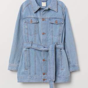 Lång jeansjacka med knytskärp, bra skick.                       Möts upp i Sthlm annars står köparen för frakt.