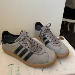 Ett par Adidasskor modellen Stockholm. Använda Max 2 gånger så de är ej slitna. Kommer ej ihåg nypris! Fläckar är nog enkla att ta bort!😊💕