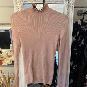 Jätte fin tröja från Gina. Aldrig använt för köpt i för liten storlek. Frakten är 44kr.