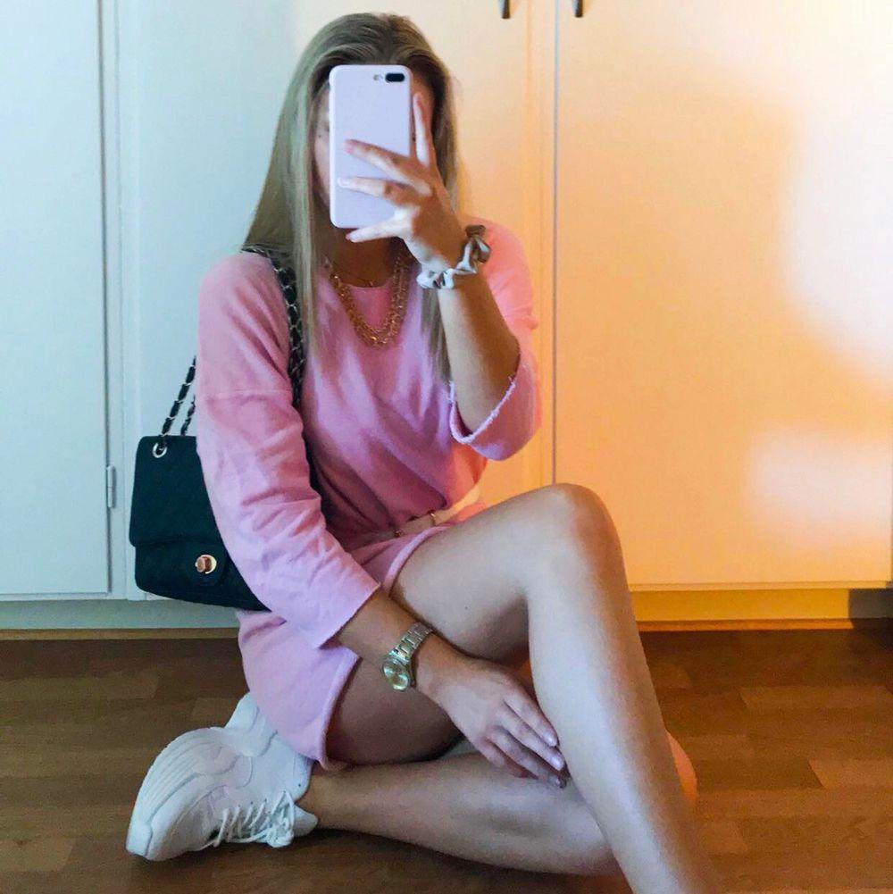 Som en lång tjocktröja, det är dock en klänning 💗 hänger bara i garderoben får ej användning av, använd en gång och det va bara för att ta bilden. Fin med midjeskärp, hör av er för mer info!! (den är längre när man står upp). Klänningar.