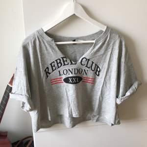 Säljer min croptop tröja från H&M, den är halvt V ringad och har en tryck på framsidan! Tycker själv att den passar bra som vintage plagg men kan också kombineras med andra stilar!