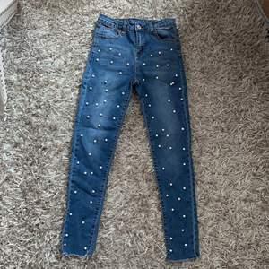 Fina jeans med pärlor på framsidan. Stretchiga. Frakt ingår.