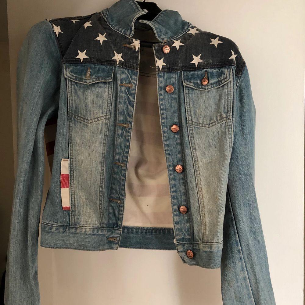 Amerikansk Jeans Jacka, knappt använd! Pris kan diskuteras vid snabb affär. Kan fraktas! . Jackor.