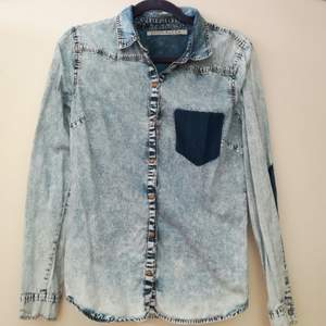 Jeans skjorta från soul river. Säljer pga att det inte är min stil längre. Sparsamt använd! köparen står för frakt och tar endast swish :)