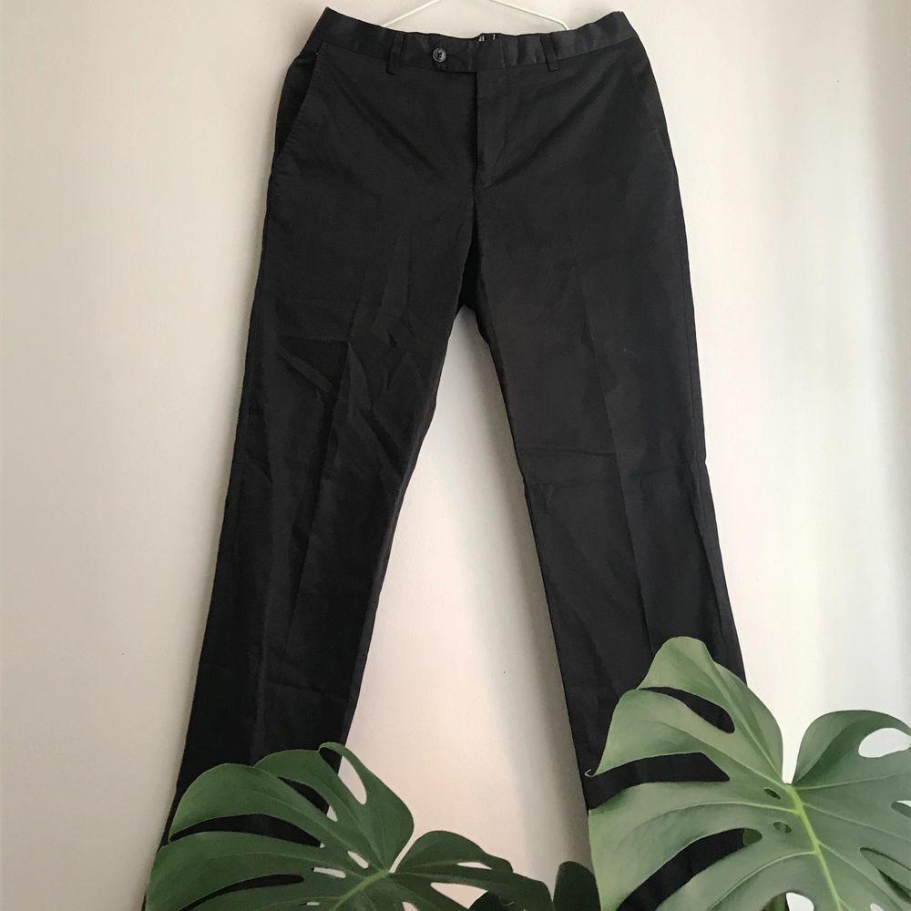 Svarta glansiga kostymbyxor, vet inte märker men bra kvalitet. Dem har en snygg räfflad detalj längst ner. Byxorna sitter bra på mig som är cirka 172, skulle säga att byxorna är i storlek s kan ge mer info om någon är intresserad.. Jeans & Byxor.