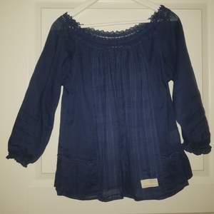 Odd Molly tunika i färgen marinblå. Använd 2 gånger så i nyskick. Betalning via swish/möts upp i Örebro annars  frakt 20kr